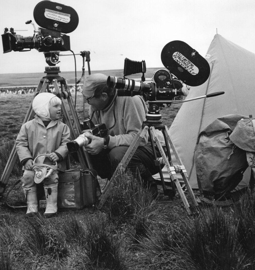 Sven med assistenten Björn, 2 år, och filmkamerorna redo.